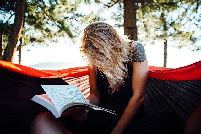 blondýna s učebnicí.jpg