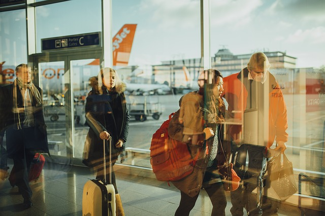 lidé na letišti