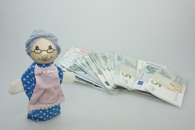 babička s penězi