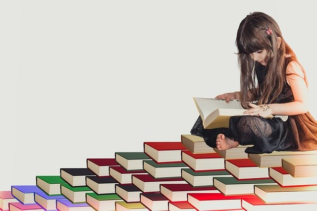 dívka na knihách